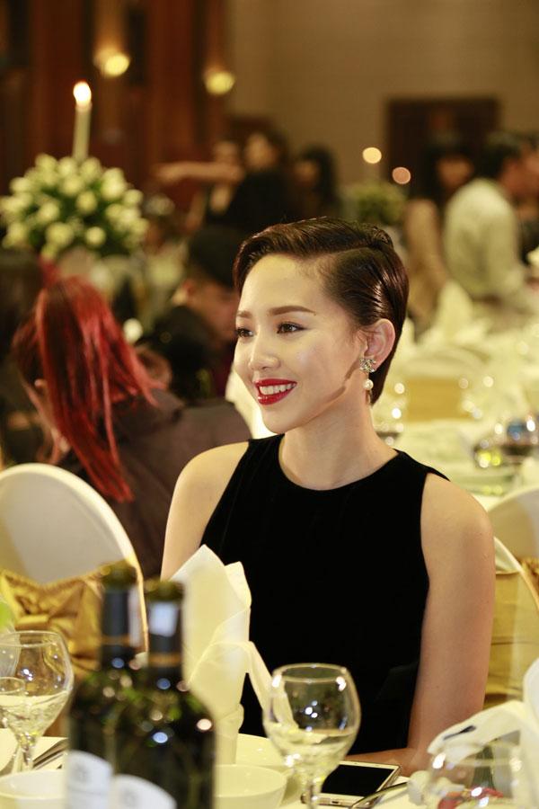 Người đẹp khiến những người xung quanh yêu mến bởi nụ cười dễ mến.