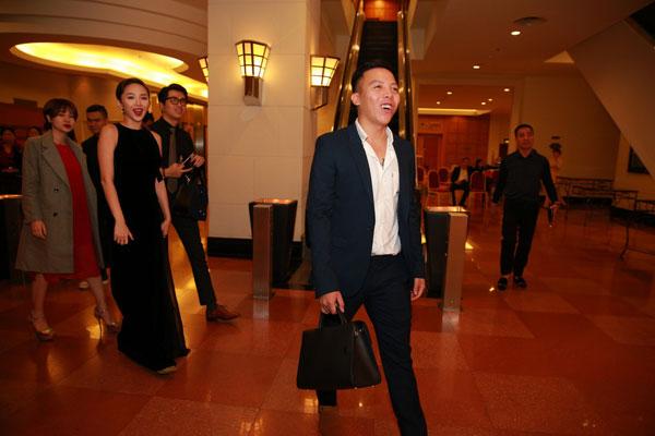 Hoàng Tourliver sánh đôi Tóc Tiên ra mừng đám cưới bạn.