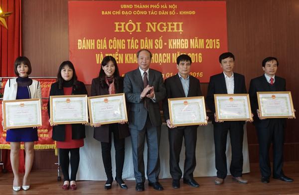 Ông Nguyễn Văn Tân - Phó Tổng Cục trưởng phụ trách Tổng cục DS-KHHGĐ trao Bằng khen cho các đơn vị, cá nhân có thành tích trong công tác dân số năm 2015 của TP Hà Nội. ảnh: V.H