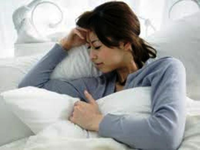 Cần nghỉ ngơi nơi yên tĩnh khi gặp cơn đau đầu. Ảnh minh họa