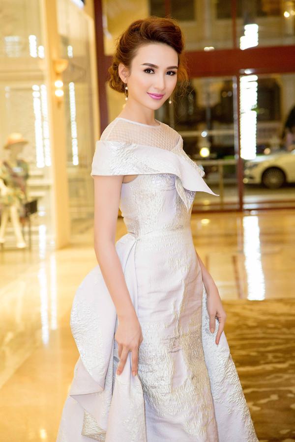 Gần đây, Ngọc Diễm chuộng phong cách trang điểm nhẹ nhàng, nhấn vào đôi môi để tôn nên vẻ đẹp thanh lịch.
