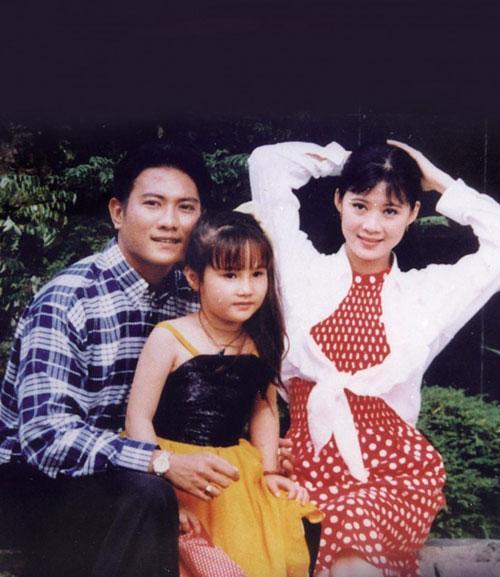 Người đẹp từng được biết đến là một diễn viên nhí tham gia điện ảnh từ lúc 5 tuổi. Trong ảnh, Diễm My 9X chụp cùng diễn viên Hoàng Phúc và Diễm Hương.