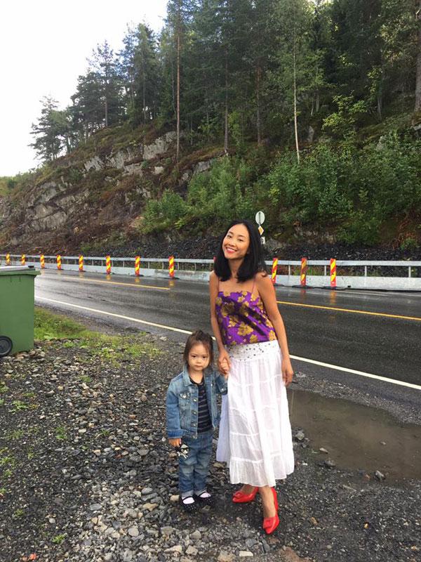 Cô được mẹ dắt tay đi dạo phố. Nếu như Đoan Trang diện đồ nữ tính thì bé Sol trông rất Tom boy.