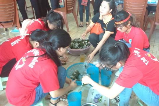 Các tình nguyện viên đang chuẩn bị những suất cơm miễn phí