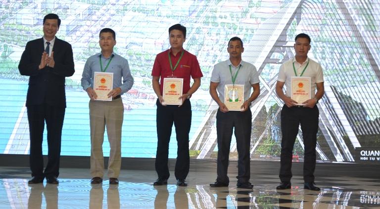 UBND tỉnh Quảng Ninh trao giấy chứng nhận đầu tư cho 4 dự án. Ảnh: Đ. Tuỳ