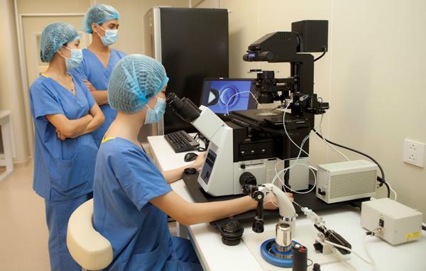 Kỹ thuật viên thực hiện kỹ thuật hỗ trợ sinh sản. Ảnh: TL