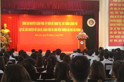Gần 500 SV trường ĐH Hải Phòng lắng nghe Thủ tướng trò chuyện về việc học làm người. Ảnh: LV