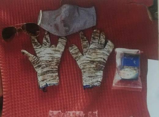 Đôi găng tay vải len thun màu trắng - xám, khẩu trang bằng vải ca-rô màu xanh - trắng của hung thủ. Ảnh: C.A