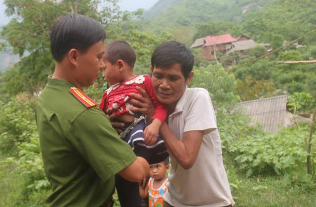 Lực lượng chức năng bàn giao cháu Mão cho gia đình, người thân.