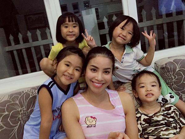 Phạm Hương khoe ảnh nhí nhảnh bên đàn cháu trong lần trở về thăm gia đình lần này.