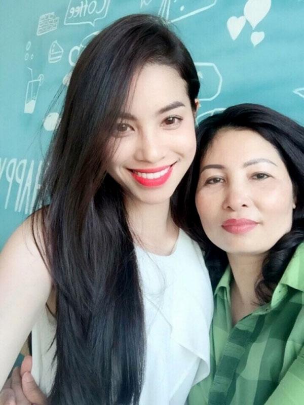 Mẹ Phạm Hương thường xuyên xuất hiện trước truyền thông với con gái.