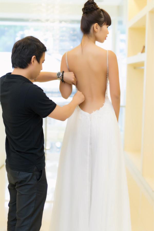 Điểm nhấn của chiếc váy cưới là tùng xòe bay bổng nhẹ làm được làm từ lụa tơ tằm 100% phù hợp với không khí đám cưới trên bãi biển, tối giản, tinh tế, vừa ngọt ngào lãng mạn lại vừa gợi cảm phóng khoáng như cá tính của Hà Anh