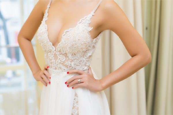 Chiếc váy cưới phom dáng cúp ngực với phần trang trí đính đá Swarovski cao cấp vô cùng tỉ mỉ và sắc sảo được 3 thợ thủ công thực hiện hoàn toàn bằng tay trong vòng 1 tháng.