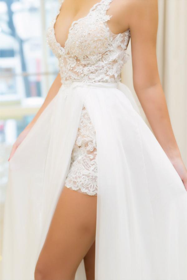 Phần xẻ váy cao giúp cô dâu Hà Anh linh hoạt di chuyển trong tiệc cưới tại bãi biển cũng như tôn lên đôi chân dài nuột nà.