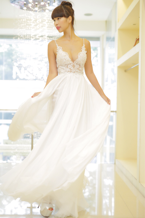 """Bên cạnh váy áo, thương hiệu thời trang này cũng được Hà Anh """"chọn mặt gửi vàng"""" khi đảm trách chuẩn bị luôn phần giày cưới cho cô nàng siêu mẫu nóng bỏng."""