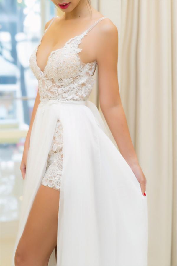Đôi giày cưới được Hà Anh chọn cho sự kiện trong đại lần này có chiều cao khủng 17 cm, với chi tiết đính kết vô cùng tinh xảo kết hợp hoàn hảo với phong cách thiết kế của váy cưới.