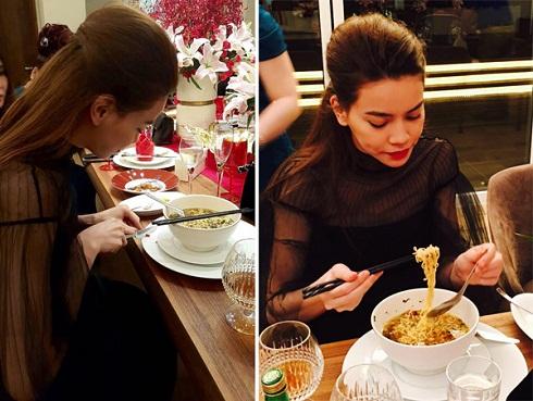 Mới đây nhất, Hà Hồ ăn mì tôm giản dị trong một sự kiện.