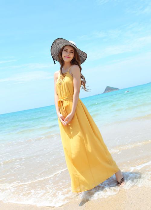 Những chiếc váy hai dây với màu sắc rực rỡ thế này hợp với những cô nàng có làn da trắng bóc.
