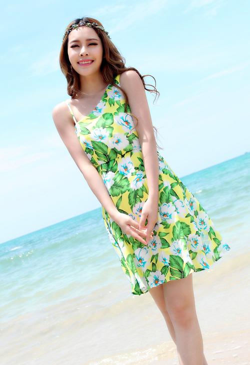 Chiếc váy lệch vai với phong cách bohemian này sẽ giúp các cô nàng nổi bật hơn trên bãi biển. Đây là một trong những phá cách đáng kể trong top 10 mẫu váy mặc đi biển hè 2016 này.