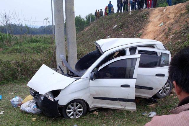 Chiếc xe ô tô con bị bắt xuống vệ đường tài xế tử vong tại chỗ. Ảnh: FB Hoa Binh)