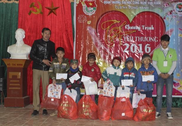 Trao quà cho các em học sinh có hoàn cảnh khó khăn và các hộ nghèo, có hoàn cảnh khó khăn tại xã Liên Hợp huyện Quỳ Hợp
