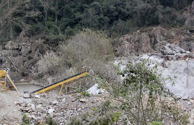 Mỏ đá, nơi xảy ra vụ tai nạn. Ảnh: CTV