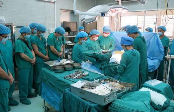 Đúng 13h, phút mặc niệm người hiến tạng bắt đầu. Ảnh: BVCC