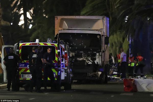 Đây chính là chiếc xe tải đã tấn công vào đám đông. Được biết, tên tài xế gây ra vụ tấn công kinh hoàng đã bị cảnh sát bắn chết.
