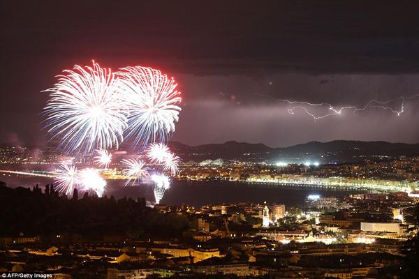 Trước đó người dân thành phố Nice đang tận hưởng không khí chào mừng quốc khánh bằng màn bắn pháo hoa hoành tráng.