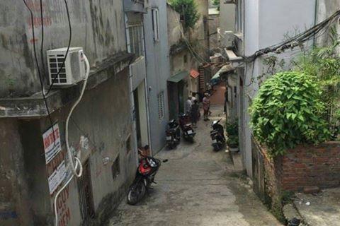 Ngõ 670 đường Nguyễn Khoái, Hà Nội, nơi người dân phát hiện vật nghi mìn tự chế. Ảnh: CTV
