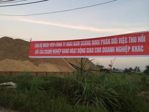 Căng băng rôn phản ứng việc UBND tỉnh Quảng Ninh thu hồi đất của doanh nghiệp này để... giao cho doanh nghiệp khác. Ảnh: Hà Châu