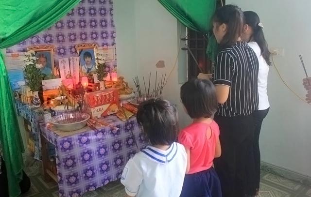 Giáo viên và học sinh trường tiểu học Diễn Quảng mang giấy khen đến trao tặng cho hai anh em Trung và Hương trước di ảnh hai em