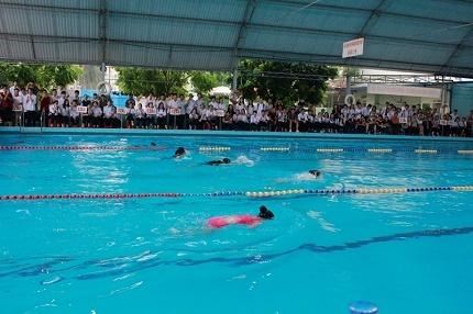 Môn bơi được các phụ huynh và học sinh trong trường hưởng ứng nhiệt tình. Ảnh: TV
