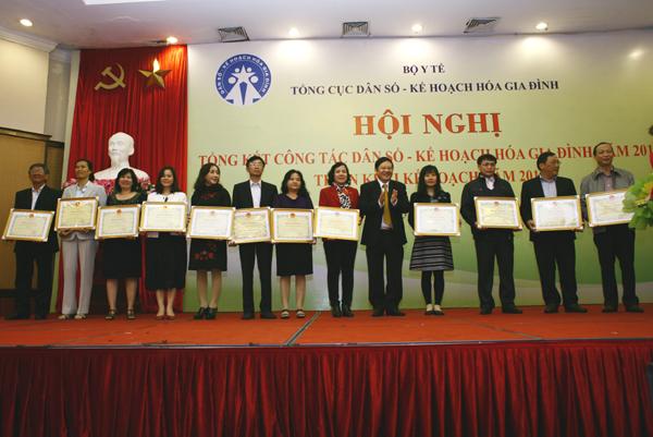 Thứ trưởng Nguyễn Viết Tiến đã trao tặng Bằng khen của Bộ trưởng Bộ Y tế cho 12 tập thể đạt thành tích xuất sắc trong năm 2015. Ảnh: Chí Cường