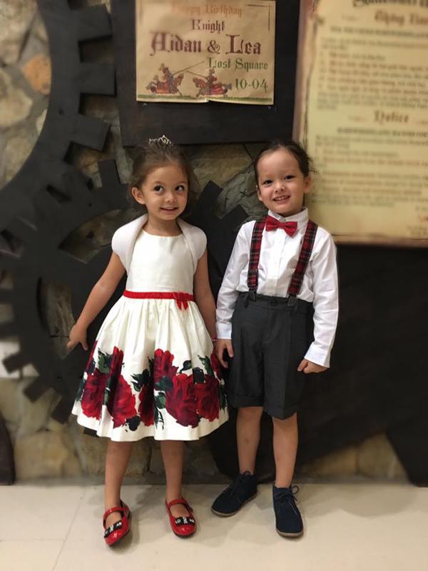 Hai bé Tôm Tép diện trang phục như công chúa và hoàng tử.