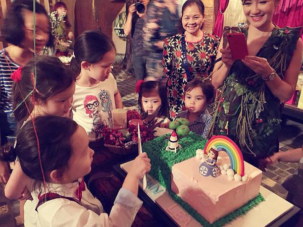 Bé Tôm đại diện cắt bánh sinh nhật.