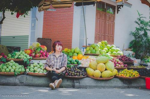 """Năm 2015, dân mạng Việt rất tò mò, chú ý đến loạt ảnh chụp một cô bán hoa quả xinh đẹp có nụ cười tươi cuốn hút. Nhiều người lầm tưởng """"cô gái bán hoa quả xinh nhất miền Bắc"""" là diễn viên, người mẫu đang thực hiện một cảnh quay trong phim hoặc chụp ảnh."""