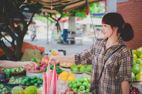 Được biết, hot girl bán hoa quả xinh đẹp tên thật là Hoàng Huyền Trang, 21 tuổi, đang là sinh viên năm thứ 3 trường Đại học Hải Dương. Ngoài thời gian học tập, Huyền Trang có một quầy hàng hoa quả để kinh doanh.