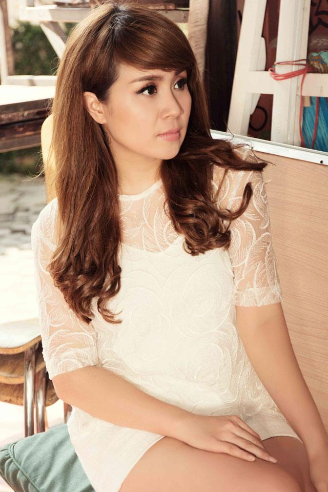 Trong trang phục của nhà thiết kế Jennie Nguyễn có thể thấy nữ nhạc sĩ đời thường trẻ trung và có chất riêng.