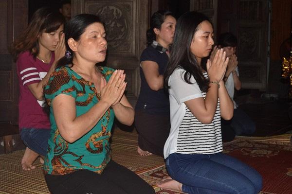 Lễ Phật đúng động tác sẽ mang lại nhiều may mắn trong năm mới. Ảnh Đức Tuỳ