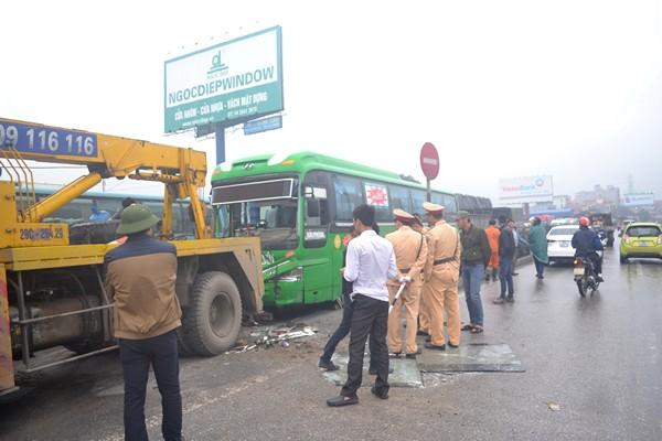 Lực lượng CSGT huyện Văn Lâm và đội cứu hộ có mặt tại hiện trường để phân luồng giao thông và di chuyển xe khách.