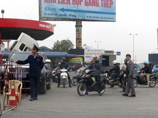 Lượng người và phương tiện giao thông đứng đợi trước khi di dời tầu Thành Luân