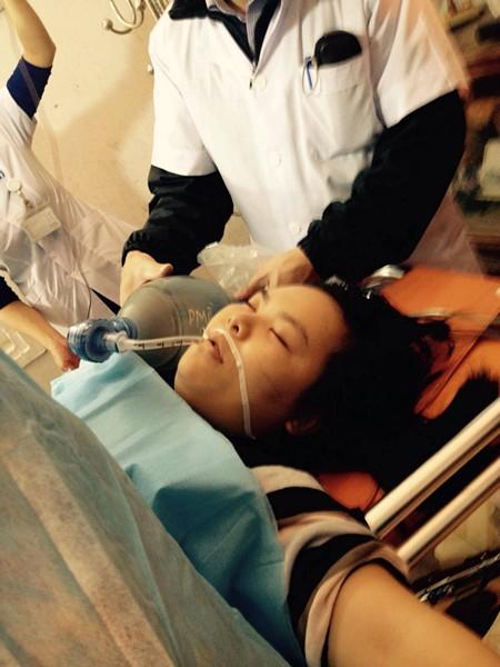 Trong quá trình mổ bệnh nhân mất máu quá nhiều nên đã phải tiếp 2.000ml máu nhóm A để truyền và được các bác sĩ tiến hành hồi sức cấp cứu tích cực.