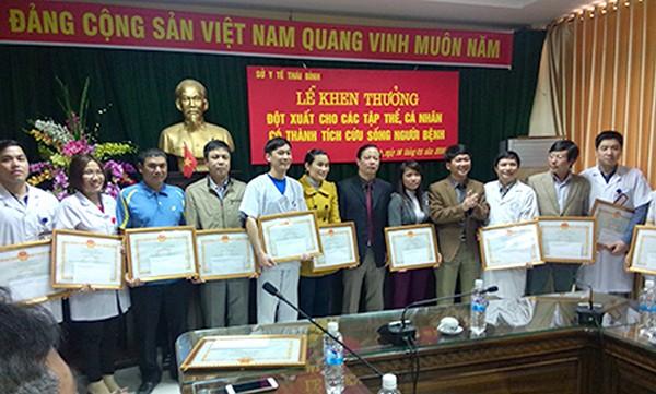3 tập thể và 13 cá nhân cứu sống bệnh nhân mổ tại nhà được Sở Y tế tỉnh Thái Bình khen thưởng.