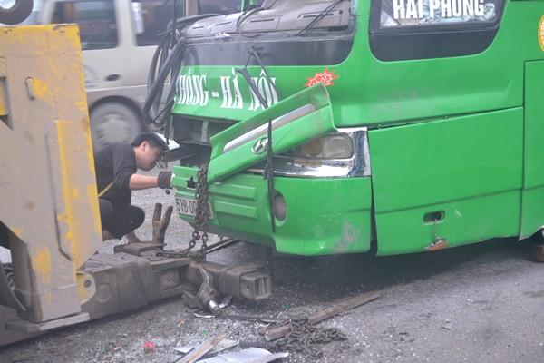 Phần đầu của xe khách bị hưng hỏng nặng