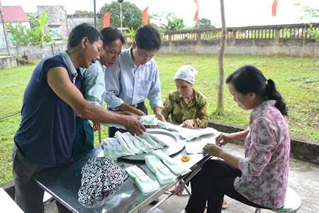 Mọi người trong gia đình đang soạn khăn tang để chờ phát tang. Ảnh: ĐT