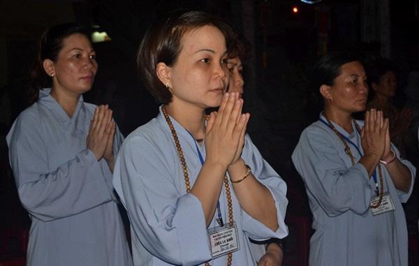 Nhiều người đi lễ Phật đầu xuân vẫn không hiểu về ý nghĩa của các động tác. Ảnh: Đức Tuỳ