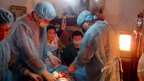 Kíp mổ cứu sống bệnh nhân tại nhà tỉnh Thái Bình được Bộ trưởng Bộ Y tế vinh danh. Ảnh: Đ.Tuỳ