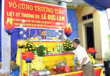 Cụ Nhường đang sửa soạn lại hương án lễ tang Thượng úy Lam. Ảnh: ĐT