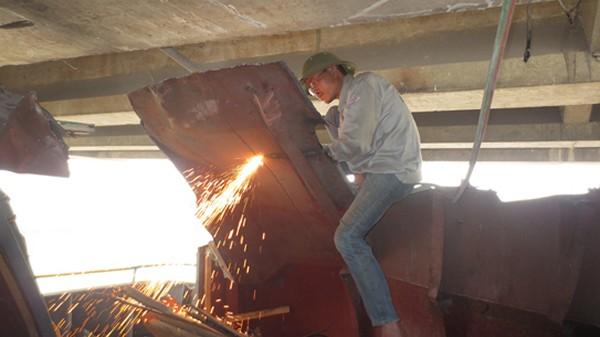 Công nhân cắt cabin để giải phóng tầu Thành Luân 28
